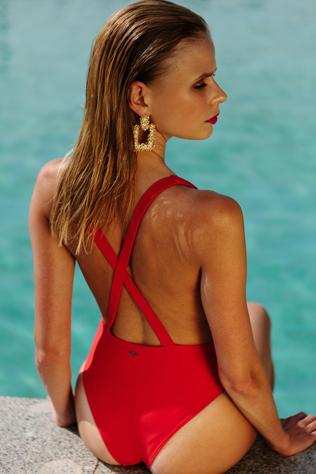девушка в красном купальнике